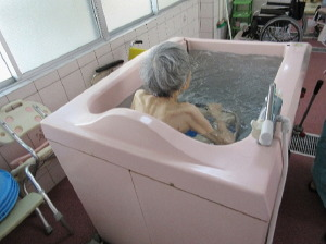 特殊浴室:本当の温泉を沸かして使用しているので利用者にも好評です。