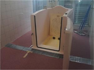 特殊浴室:障害をお持ちの方でも安心して入浴できるように開発したオリジナルの浴槽です。